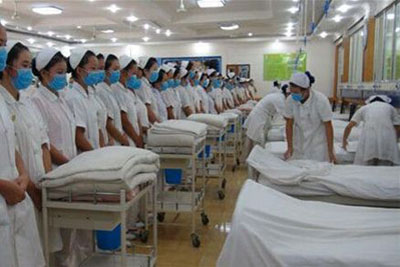 四川卫生学校 护理专业学生正在观看护理教师技能培训